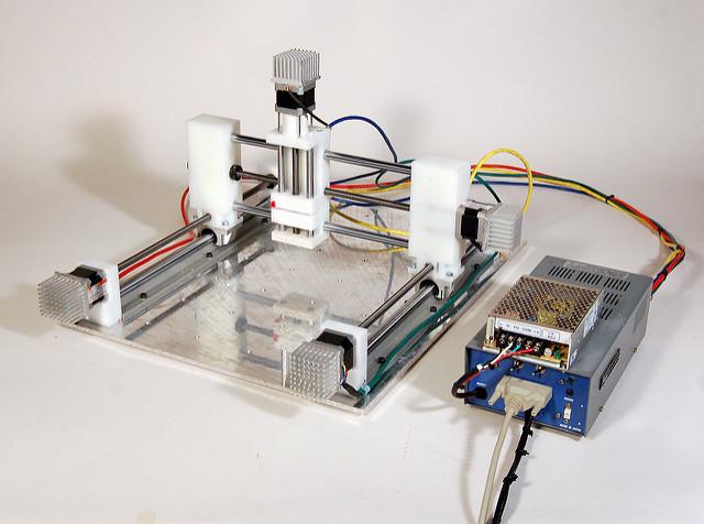 CNC, cutia electrica, motorul servo si transmisia liniara a unui router CNC