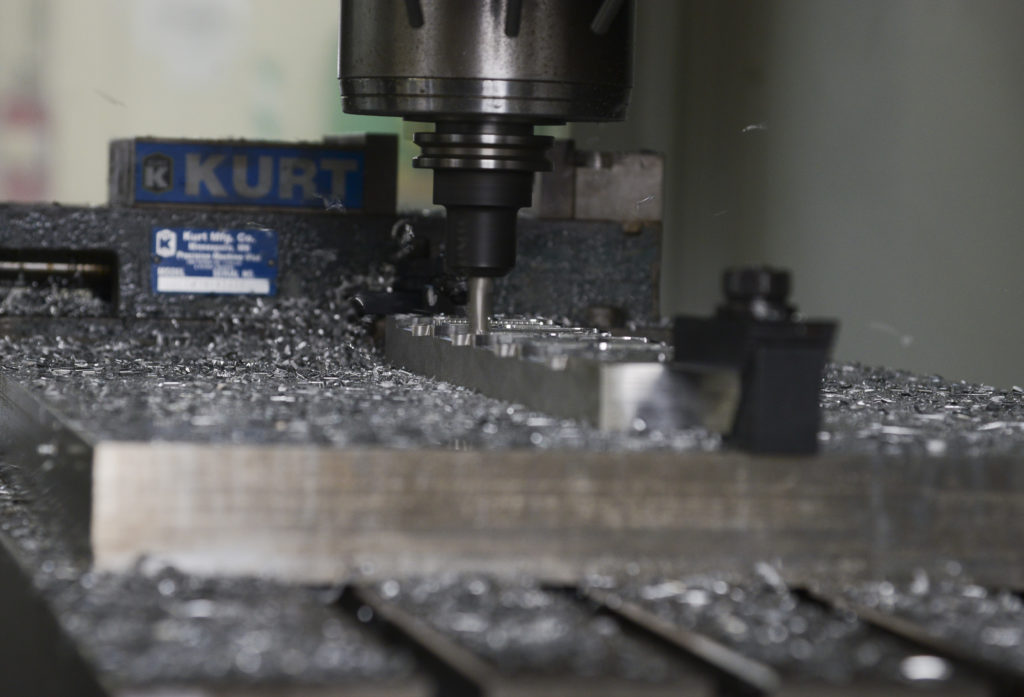 router cnc care taie componente metalice